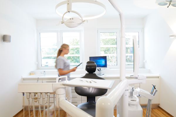 Zahnärztin bei der Arbeit