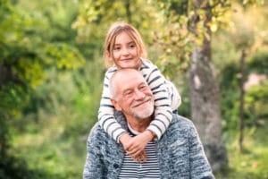 Opa und Enkelin nach der Zahnbehandlung