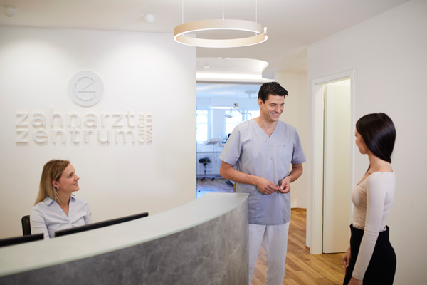 Zahnarzt Gruenwald beim Empfang